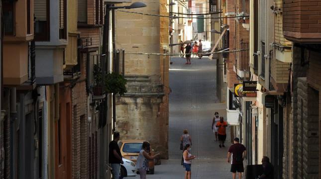 Actividad diaria en la calle Mayor de Lerín, una vía que vertebra la parte alta del municipio y que constituye un punto de encuentro de los vecinos.