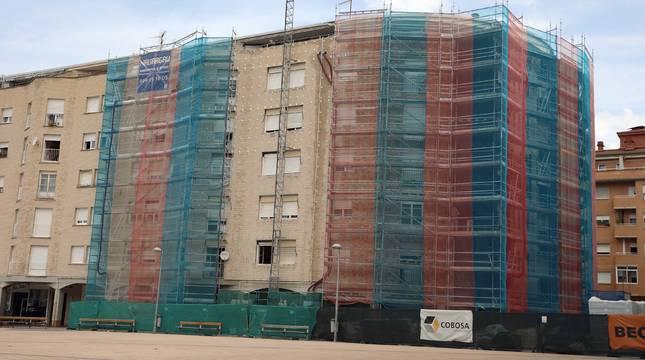 Imagen de las obras de uno de los bloques afectados de la plaza Ezcabazábal en Burlada.