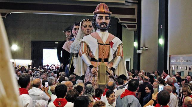 Una imagen que no se producirá este año, la de los gigantes entrando en la iglesia de San Juan.