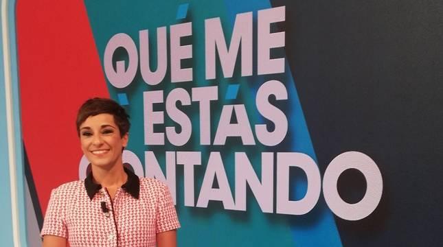 La presentadora, Adela González, en el plató del programa que presenta en la actualidad.