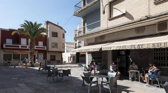 Terrazas de la plaza Cortes de Navarra de Murchante casi vacías en los días previos a las no fiestas.