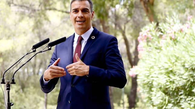 El presidente del Gobierno, Pedro Sánchez, durante su comparecencia ante los medios tras la audiencia con el rey este miércoles en el Palacio de Marivent .