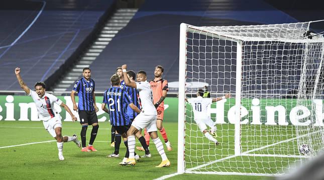 Marquinhos (izda.) celebra el tanto del empate conseguido en el minuto 90 que daba vida al PSG