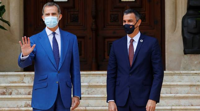 El rey Felipe (i), este miércoles en el Palacio de Marivent durante la audiencia al presidente del Gobierno, Pedro Sánchez, primer encuentro desde que se comunicara la salida de España de don Juan Carlos.