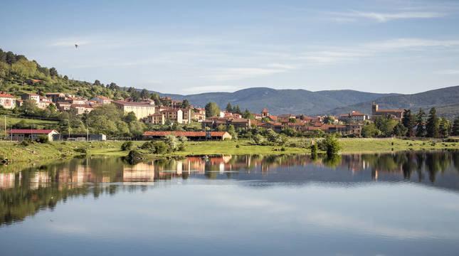 Las mejores vistas de Vinuesa, en la provincia de Soria, se pueden obtener desde el puente de San Mateo, sobre el río Duero.