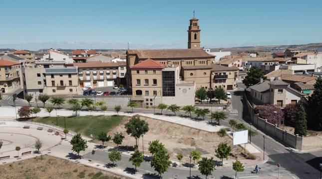 Vista aéra de Murchante, con la casa consistorial y la iglesia de Nuestra Señora de la Asunción al fondo.