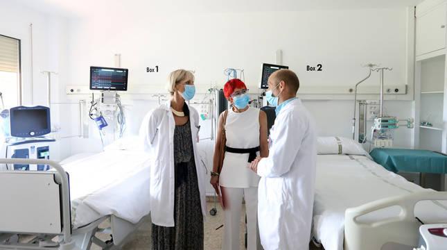 La gerente del Área de Salud de Estella-Lizarra, Yolanda Montenegro; la consejera de Salud, Santos Induráin, y el coordinador de la UCI del Hospital García Orcoyen, José Manuel Martínez, en el transcurso de la visita.