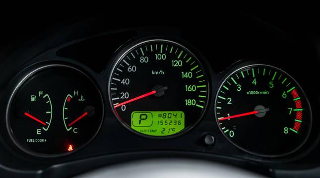 Reducir el número real de kilómetros de un coche es factible tanto en cuentakilómetros mecánicos como digitales.
