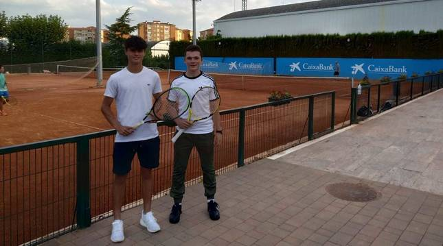 Iñaki Montes (d), con su amigo Antonio Prat en el Club de Tenis.