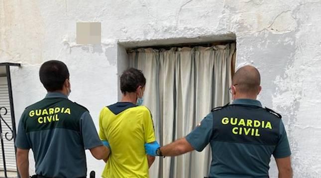 Foto de agentes de la Guardia Civil detienen al autor del atraco.