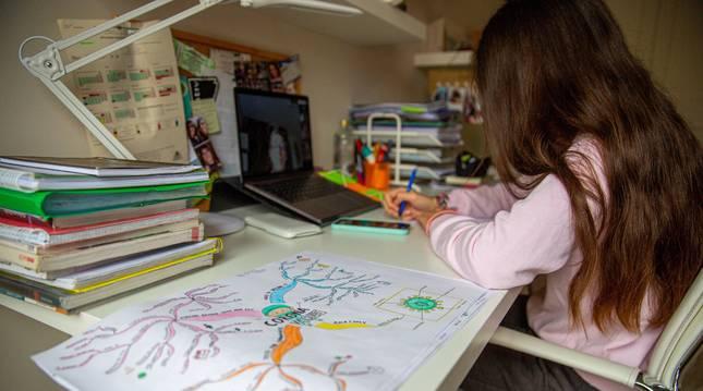 Foto de mayo de una alumna de bachillerato estudia desde casa.