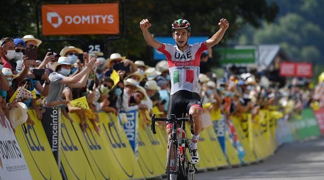 Davide Formolo cruza en solitario la meta de Saint Martin de Belleville.