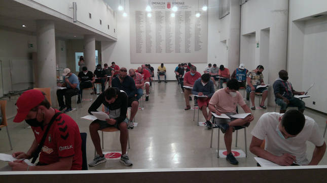 El primer grupo, realizando el examen.