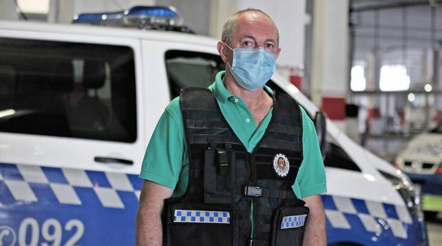 Ángel María Azanza, inspector de la UPAS, posa en las dependencias de la Policía Municipal de Pamplona.