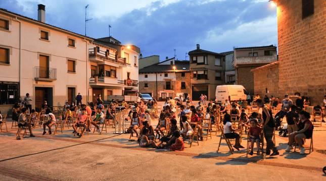 Foto de vecinos de Berbinzana se animaron a acudir a la sesión de cine al aire libre programada en la plaza.