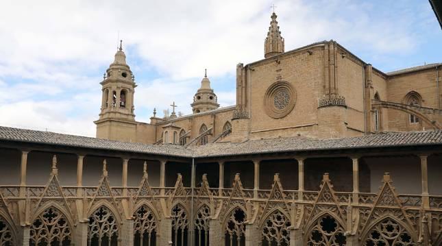 Foto del claustro y las torres de la Catedral de Pamplona.