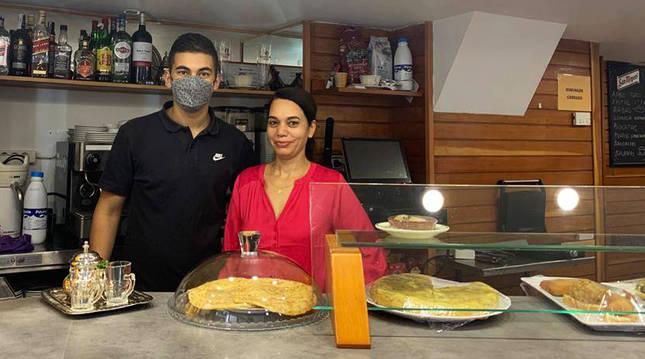 Fátima Kamimi, dueña del bar Irati, junto a su hijo Ali El Morabit.