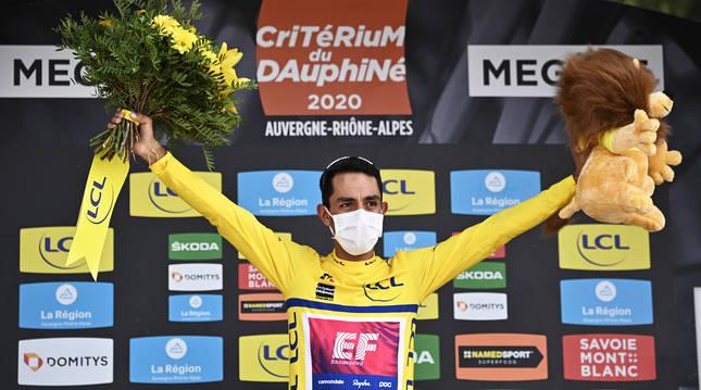 Daniel Felipe Martínez celebra en el podio el triunfo final de la Dauphiné 2020.