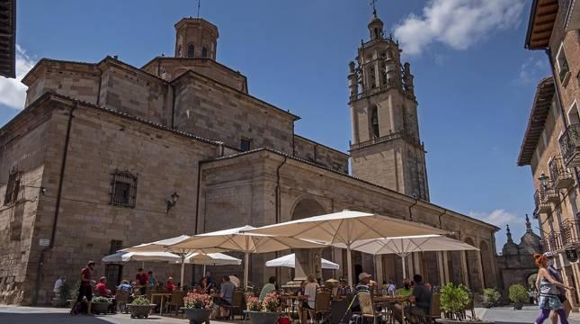 Plaza de Santa María, donde se levanta la iguesia con el mismo nombre y el torreón y se concentra parte de la actividad comercial y turística.