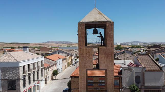 Iglesia de Nuestra Señora de la Asunción con su tradicional campanario, situada en el centro de Cabanillas.