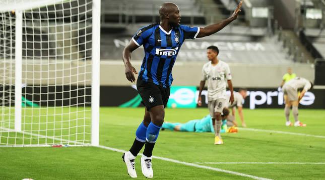 Romelu Lukaku celebra uno de sus goles ante la defensa y el meta del Shakhtar desolados.