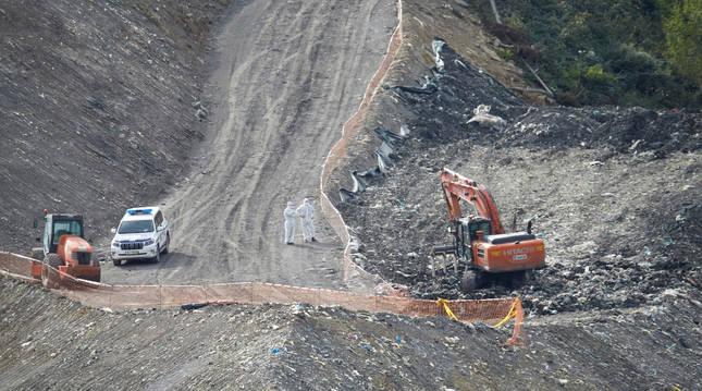 Vista general de la zona donde trabajan en las labores de búsqueda de los dos trabajadores sepultados bajo los escombros del vertedero de Zaldibar.