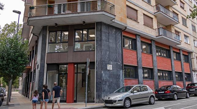 Foto de la entrada del edificio de la calle Sancho El Fuerte, de Estella, donde se ubican los servicios sociales.