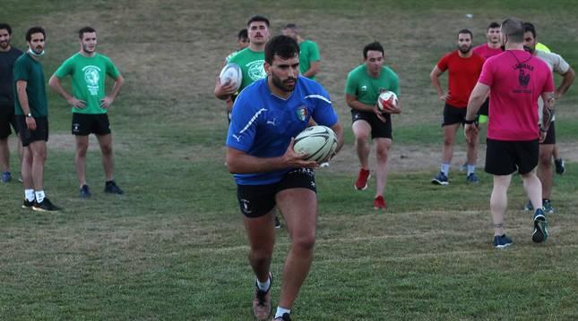 Foto de un  momento de un entrenamiento de La Única de rugby en el Parque de las Pioneras. Se efectúan sin contacto y con gran carga física.