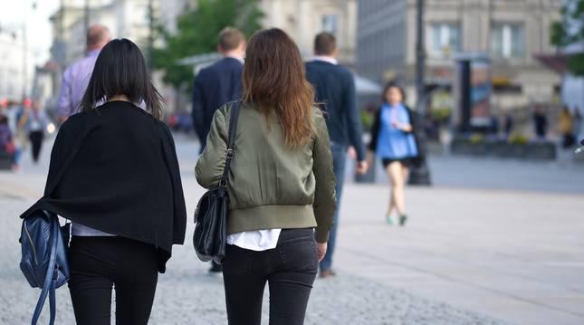 Dos chicas jóvenes pasean por el centro de la ciudad