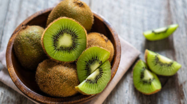 El kiwi es una de las frutas que contiene carbohidratos complejos