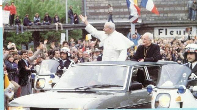 El Papa Juan Pablo II en su visita a Francia a bordo del Peugeot 604 Limousine