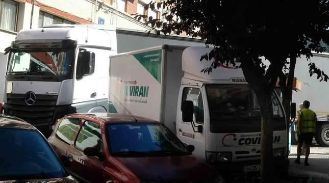 Foto de un tráiler procedente de Lituania quedó encallado ayer por la mañana entre las calles Iruñalde y Nuestra Señora de Aránzazu.