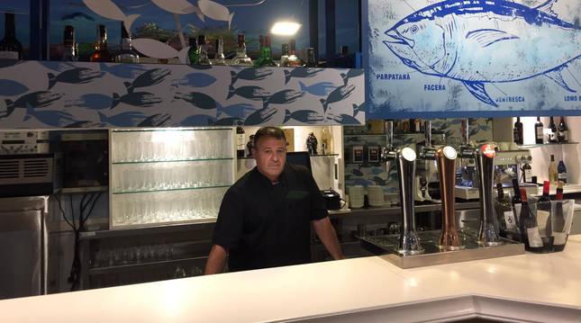 Pablo Cortejosa en la barra del bar El ronqueo, especializado en atún rojo salvaje.