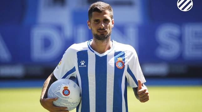 Fran Mërida posa con la camiseta del Espanyol durante la presentación.