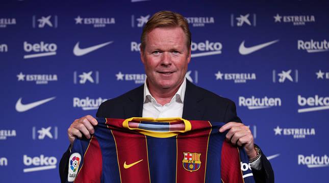 El holandés Ronald Koeman posa con la camiseta del FC Barcelona durante la presentación como nuevo técnico culé.