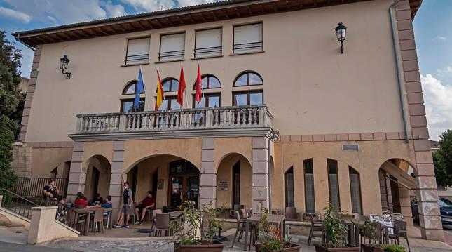 El edificio del ayuntamiento de Oteiza. Arriba, las oficinas municipales, abajo la sede del hogar del jubilado, con servicio de bar y terraza.