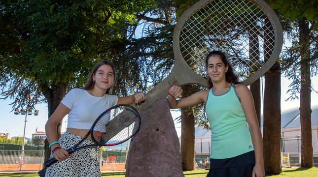 Lucía Ibarrola y Nahia Echaide, en el monumento conmemorativo al partido de la Copa Davis disputado en el Club de Tenis.