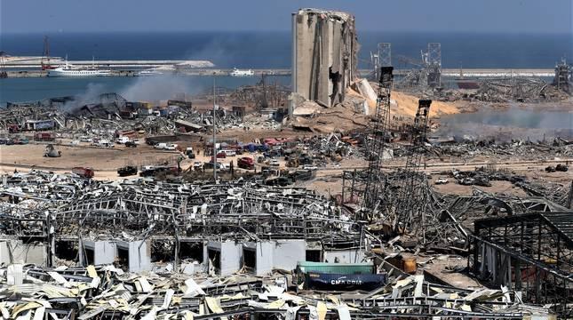 Vista de la zona del puerto de Beirut tras la explosión del pasado 4 de agosto, producida por una carga de nitrato de amonio.