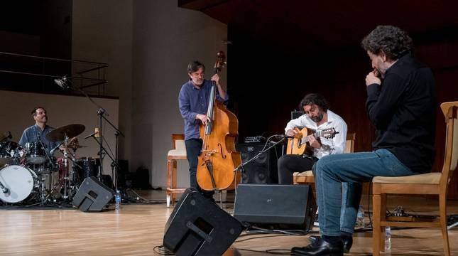 'Proyecto 20/20' en el que Javier Colina (en el centro con el contrabajo) toca con Barrueta (batería), Carmona (guitarra) y Serrano.