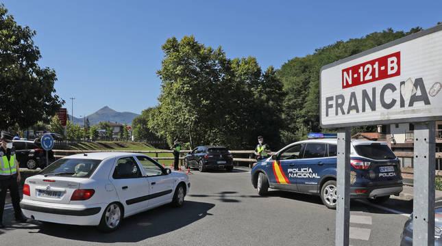La Policía Nacional establece un control en Dantxarinea para controlar el trasiego de vehículos.