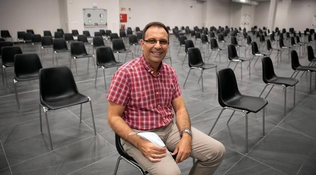 Foto del pastor Juan Carlos Torres en la sala donde celebran el culto con capacidad para 600 personas