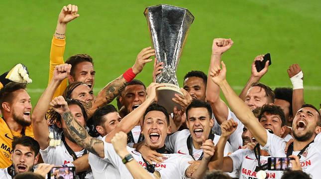 Los jugadores del Sevilla levantan la copa tras ganar la final al Inter de Milán.