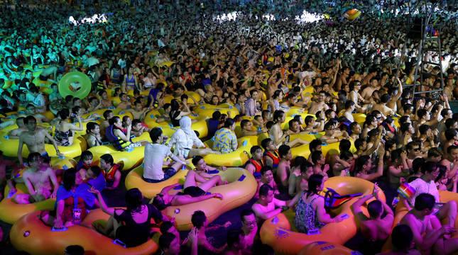 CIentos de personas se reunieron en una fiesta en un parque acuático.