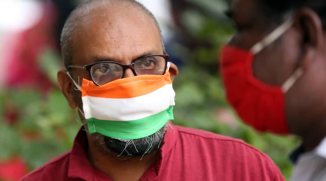 Foto de Un hombre usa una mascarilla para protegerse contra el coronavirus en Bangalore, India.