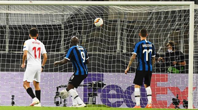 Momento en el que Romelu Lukaku marca en propia meta el gol que significó la victoria y el título para el Sevilla.
