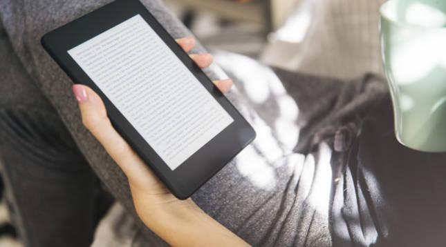 Una mujer lee un libro electrónico