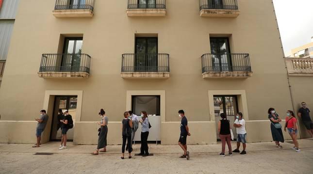 Foto de vecinos de Hospitalet de Llobregat esperando para hacerse la PCR.