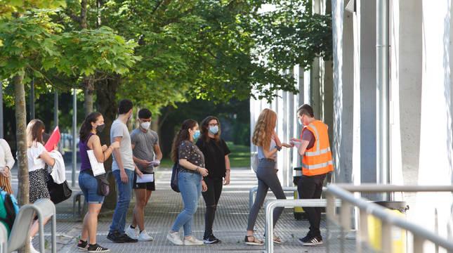 Un grupo de estudiantes guarda cola para entrar a los exámenes de EvAU en la UPNA. Gel de manos y mascarilla serán la tónica en los centros.