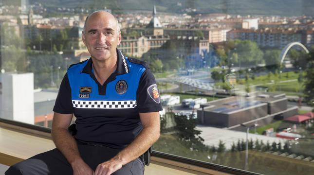 Javier Goya, jefe de la Policía Municipal, en su despacho, con vistas a las Oblatas y los barrios de San Jorge y la Rochapea.