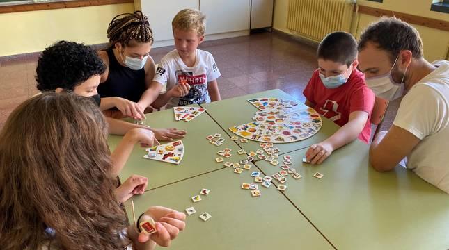 Niños con trastorno de espectro autista (TEA) y sus monitores, en el campamento de verano de este mes.
